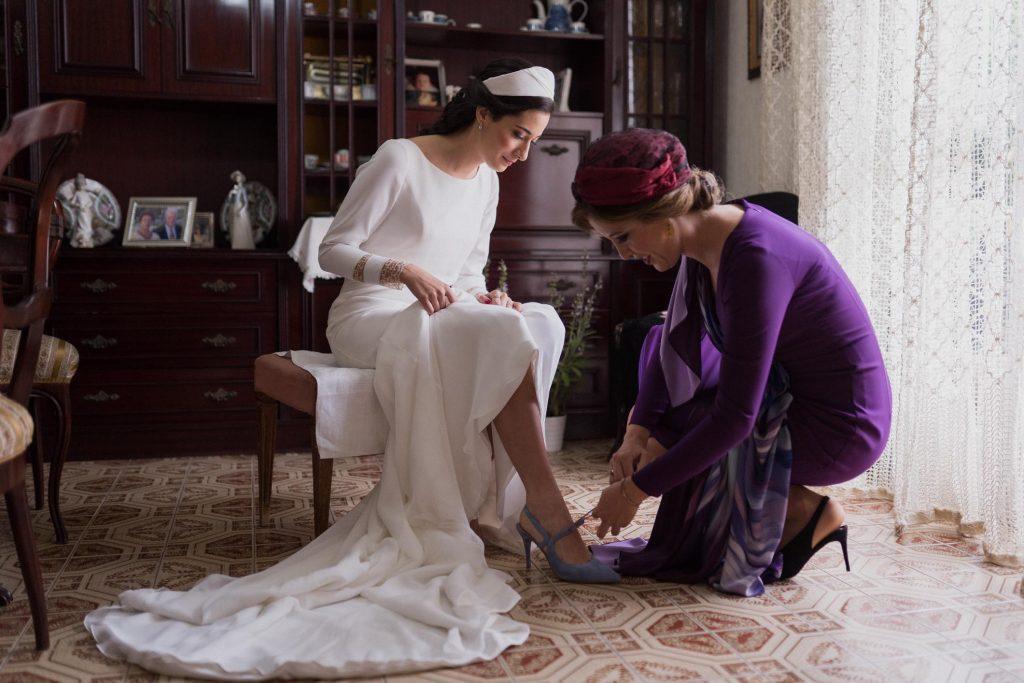 Novia poniéndose los zapatos de boda